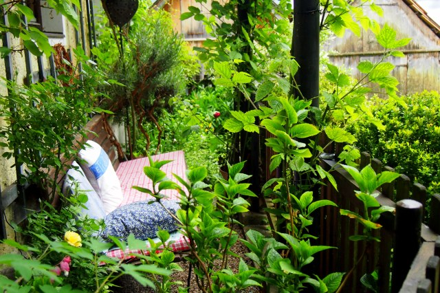 A cosy nook among the green.